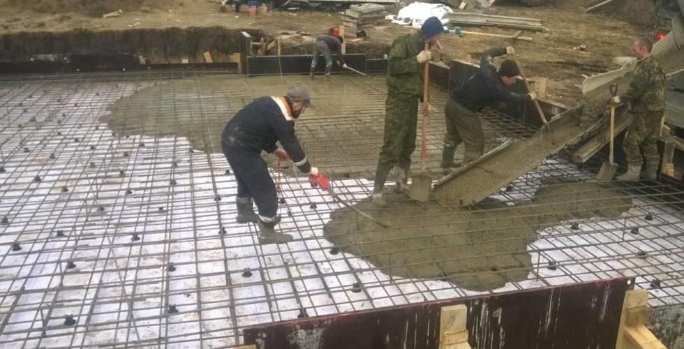 Подача цемента для заливки фундамента